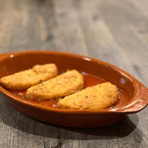 frittierter Weichkäse auf Tomatenbett - queso frito